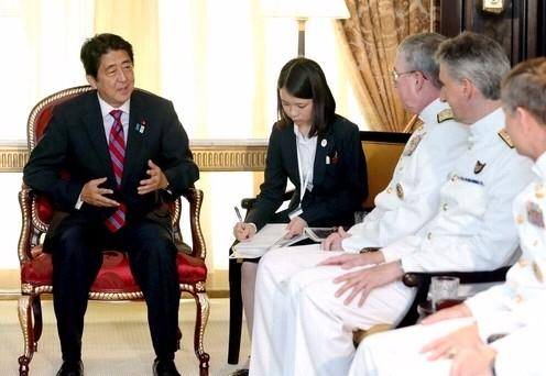 日本首相安倍晋三(左)同美国海军第五舰队司令约翰·w·米勒(左起第
