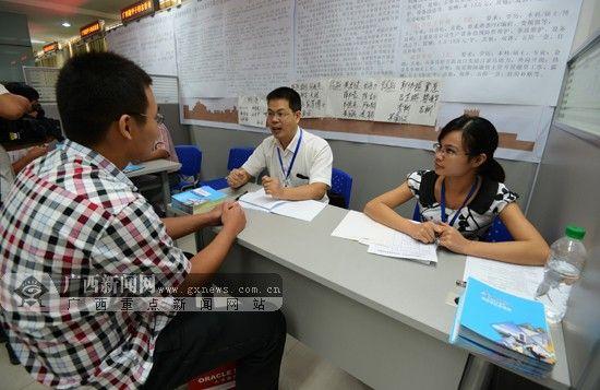 业人员交流就业信息. 广西新闻网见习记者 胡雁 摄-南宁为百名广西