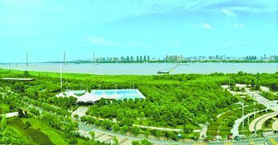 汉口江滩蓝天白云,绿树成林