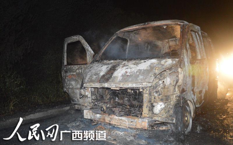 高清:面包车上木头着火