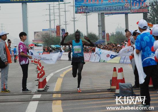 男子全程马拉松来自肯尼亚的科灵・阿尔弗雷德・吉普科盖夺冠。扈炜 摄