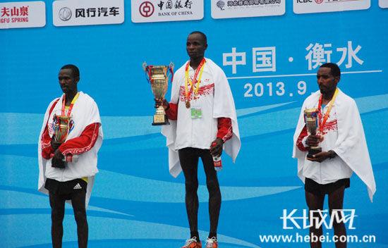 男子全程马拉松冠(中)、亚(左)、季(右)军获得者。扈炜 摄