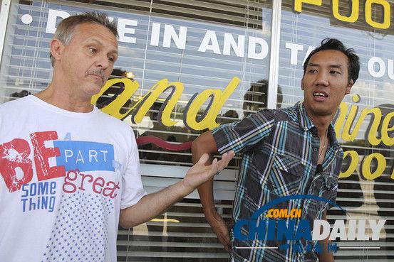 """当地时间9月16日,美国海军司令部枪案嫌疑人的两位朋友萨塞姆德卡克尔(右)和里特罗瓦托接受媒体采访src=""""http://y2.ifengimg.com/news_spider/dci_2013/09/520d631c51c2d55f2c5b779b8832914e.jpg"""""""