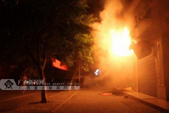 融安:凌晨情趣用品店灭火大火消防突发救人的别人用用情趣用品过图片