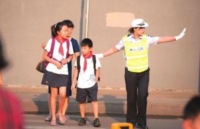 公安部副部长傅政华着便装骑单车查勤