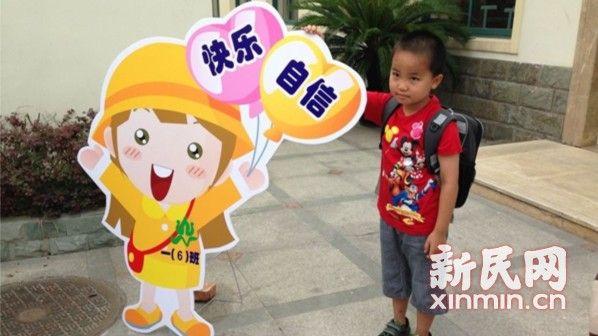 图说:学校布置了不同的卡通人物在教室门口 新民网记者李若楠摄