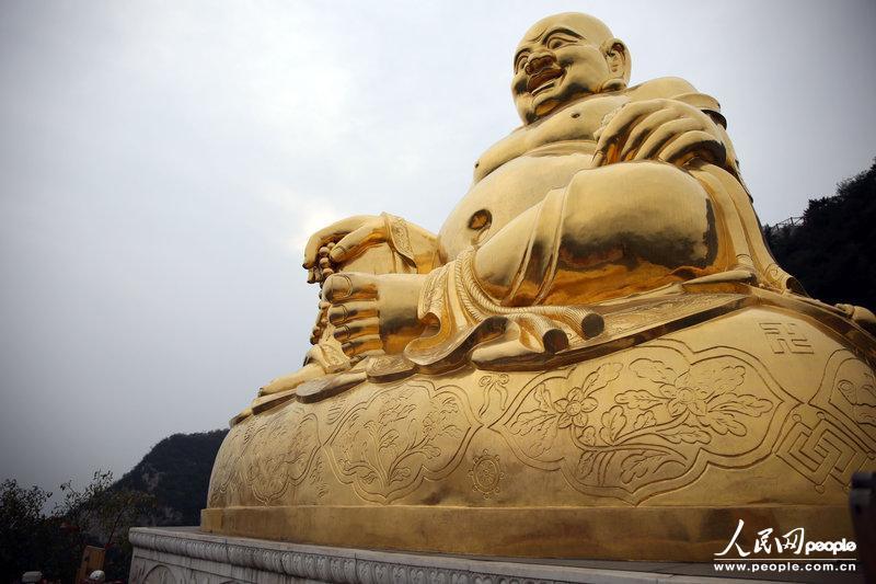 2013年9月16日,北京千灵山风景区,大金佛的底座,腿部和腹部等部位遭