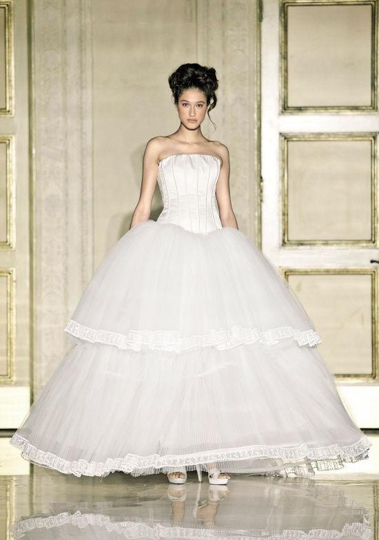 带来立体折纸感的douglas hannant立体裙摆婚纱,吸引眼球