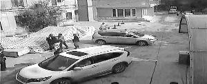 奥迪女停车被阻猛踹保安下体 警车路过视而不见(图)