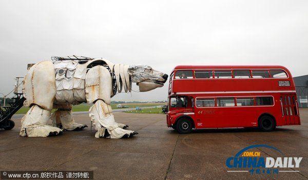 世界最大北极熊布偶在英国亮相。 当地时间2013年9月9日,英国艾塞克斯,绿色和平组织制作的世界最大北极熊布偶亮相,这个巨型布偶将用于9月15日在伦敦举行的活动,呼吁民众提高保护北极的意识。 (来源:中国日报网 信莲 编辑:周凤梅)
