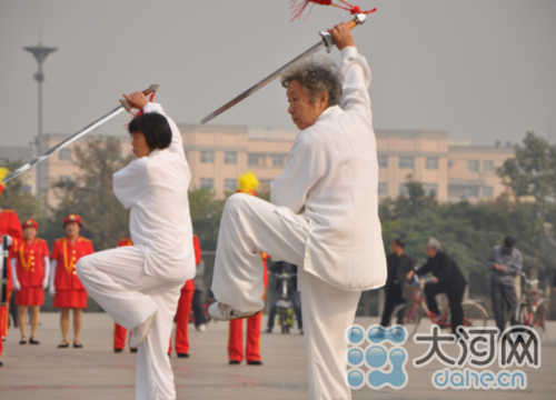 鹤壁市举办太极健身展示大会 庆重阳节(图)