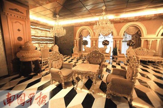 铂宫国际大厦里的一家酒店内部装饰也是以土豪金色彩为主。 近日,人民日报新大楼披上金色外衣,被称为土豪金,引发网络热议。在南宁,也有两栋大楼是明显的土豪金颜色,一栋是建成于1997年的朝阳路钻石广场,一栋是位于竹溪立交附近的铂宫国际大厦。专家指出,现在的建筑设计追求多元化,而不是简单地靠一种颜色博眼球 铂宫:土豪金颜色很抢眼 在南宁竹溪立交桥旁,和会展中心隔路相望,有一座金闪闪的大楼,通身都用金色的玻璃幕墙装饰,看上去非常豪华,它的名字也和金子有关——铂宫。 抢眼,