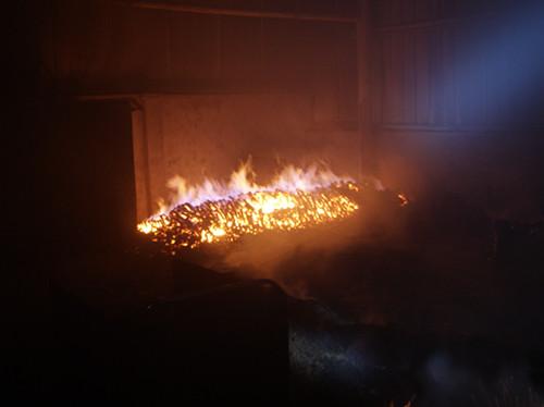 导致木炭燃烧引发大火