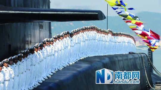 威武的核潜艇官兵。 新华社发