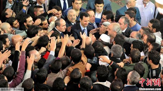 15日,叙总统巴沙尔.阿萨德来到大马士革一座清真寺,参加伊斯兰教