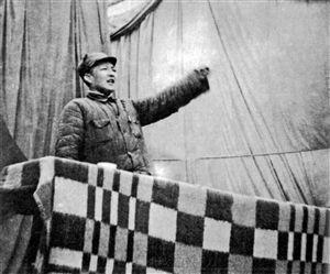 1949年1月,习仲勋在西北野战军第一次党代会上作报告。