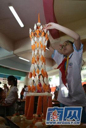 和小伙伴们就用约200支牙签和萝卜搭出了一座高约1