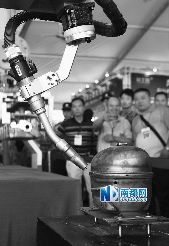 """本次机械展""""数控""""成为趋势,此类智能设备引人注目."""