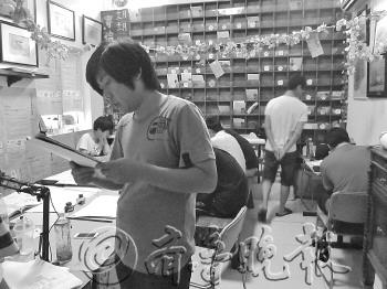 原标题:明信片上的手绘旅行   一行手绘概念书店里的手绘明信片.