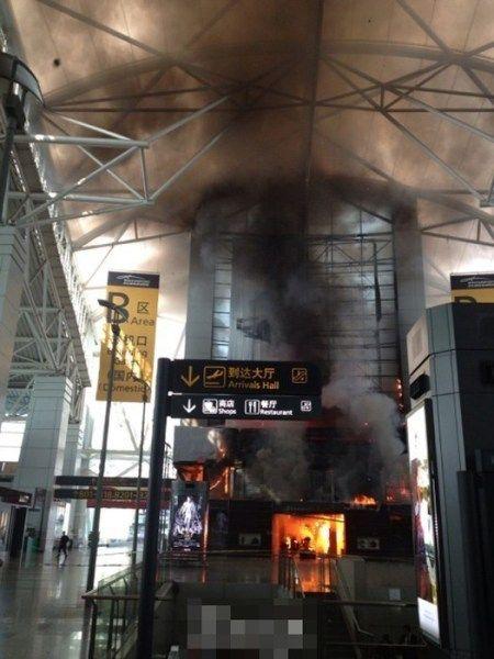广州白云机场出发大厅发生火灾现场烟雾弥漫[