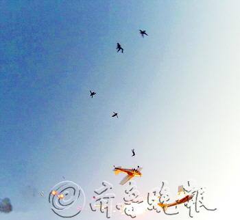 ◤两机相撞后,后一架飞机上的5名跳伞运动员陆续跳下.