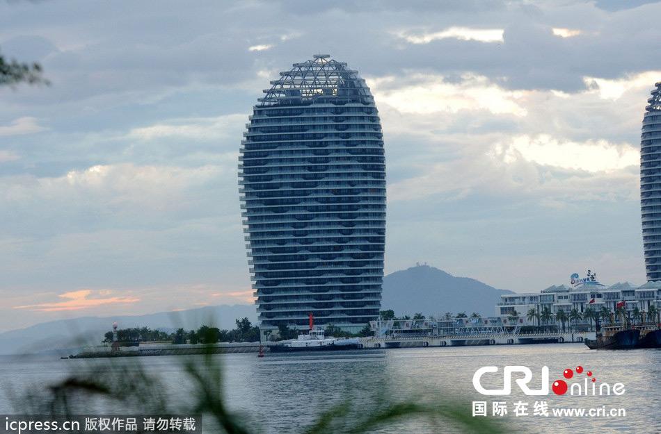 2013年11月4日,三亚凤凰岛上的特色楼盘建筑.图片来源:东方ic