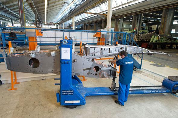 首架A320neo飞机的发动机吊架不久前在位于法国图卢兹圣埃洛伊(St Eloi)的发动机吊架工厂完成制造。 图片:空中客车公司(Airbus photo) 人民网北京11月11日电 (杨铁虎、李俏俏)空中客车公司日前开始首架空客A320neo飞机的发动机吊架总装工作。它是空客A320neo项目中第一个开始总装的主要机身部件。 与此同时,首架A320neo飞机其他部件和组件的组装工作也将不久后在空客分布于多个国家的多个工厂陆续展开:飞机的中央翼盒将会从法国南特运抵德国汉堡,并被安装到机身上;飞机的后机身