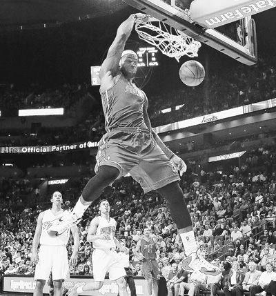詹姆斯在比赛中扣篮.-NBA常规赛 热火七连胜 詹姆斯独得35分