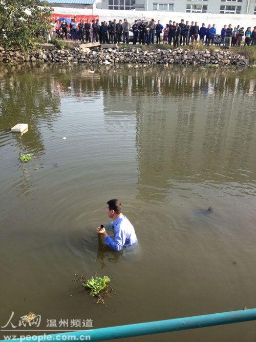 温州一女子跳河轻生 用竹竿打捞搜救引围