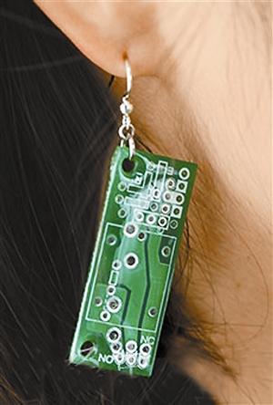 日本兴起的理科饰品:电路板耳环.