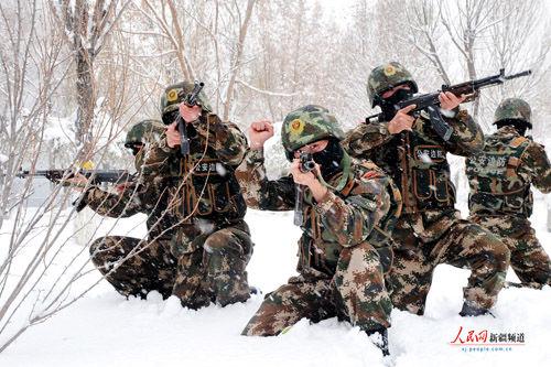 武警新疆边防总队官兵雪地练兵_资讯频道_凤