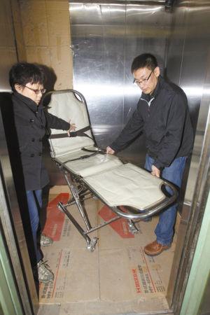 张先生研发的担架车可方便进出电梯.