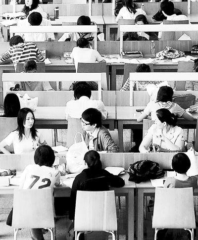 图书馆读书的深圳市民.-深圳人享受阅读成习惯图片