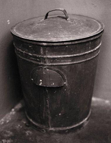 曼德拉用过的饭盒和马桶(图片来源:美国媒体)