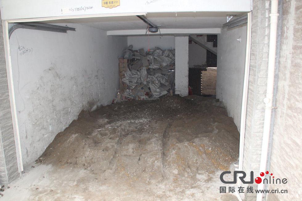 2013年12月3日上午,江蘇淮安某小區一戶業主裝修新房竟在自家車庫私挖2米多深大坑。圖為私挖地下室全景。圖片:CFP