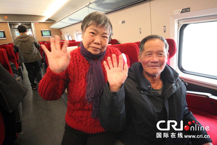 乘坐高铁列车的老夫妻