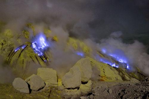 有许多居民冒着生命危险在底部的火山口收集纯硫磺块来赚钱。