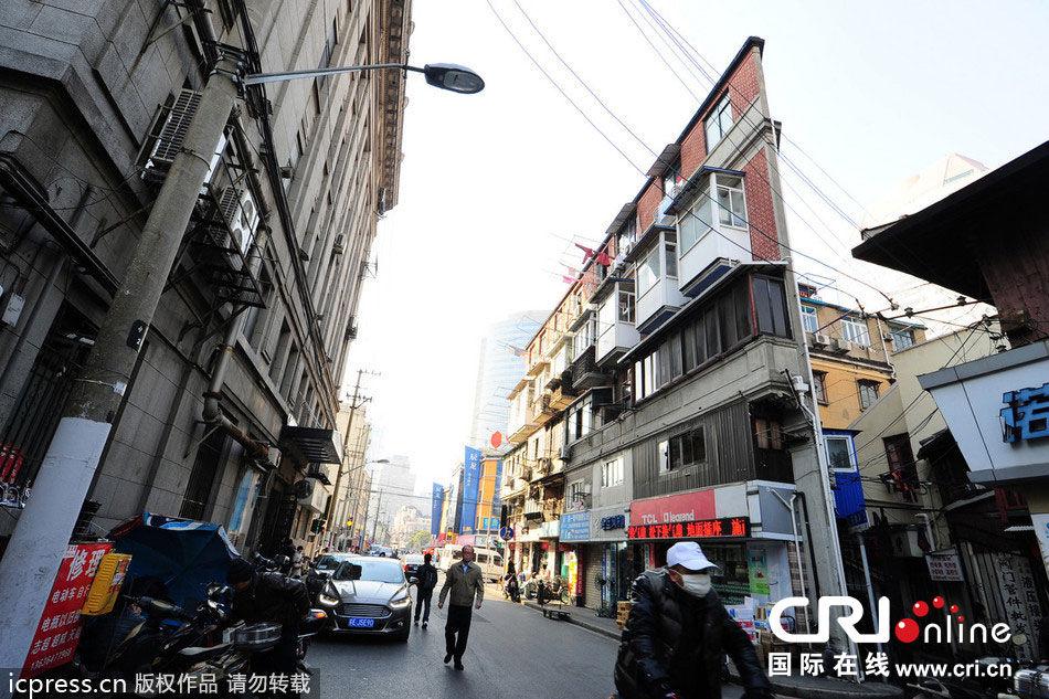 """2013年12月28日,从侧面看去,位于上海市宁波路上的造型奇特的""""囧楼""""薄如纸片。图片来源:汪宥/东方IC"""