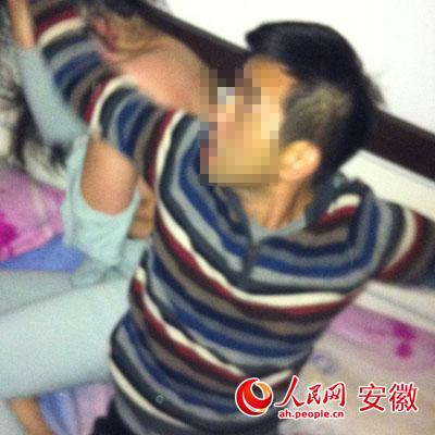 郝某與女子在床上被拍