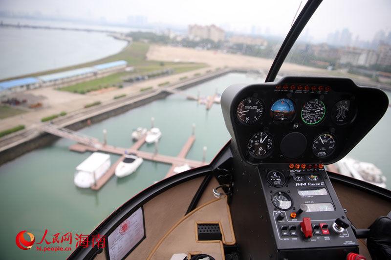 观光直升机上俯瞰海口 人民网海南视窗海口3月26日电(记者吉羽)3月26日上午,海南三亚亚龙通用航空公司在海口首飞成功,低空观光游览项目就此正式进驻海口。 据介绍,亚龙通用航空公司是海南省首家具有低空旅游资质通航公司,填补了该省低空旅游的空白。目前,海口开辟了万绿园、假日海滩、火山口、海口市区、南渡江入海口、桂林洋、世纪大桥等景点观光飞行。以万绿园为例,低空旅游价格为500元/人;假日海滩为例,低空旅游价格为1500元/人。 除海口以外,该公司在三亚已经开辟了各大景点的飞行航线,包括三亚湾、大东海、海棠