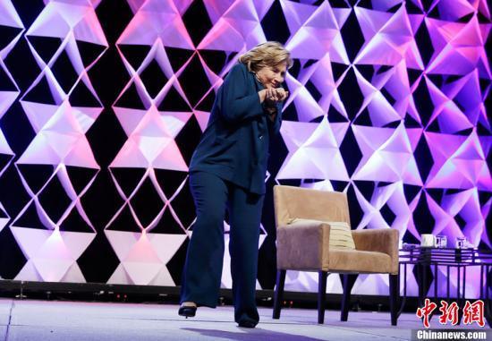 美国前国务卿希拉里·克林顿10日在赌城拉斯维加斯发表演说时,一名女子对她投掷物体遭到警方逮捕。希拉里成功闪避,沉着应对,还拿这次事件开玩笑。图片来源:CFP视觉中国