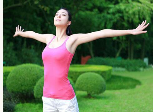 四个简单动作帮你消除下肢水肿