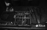 胡师傅从17岁开始跟着师傅学习修鞋、做鞋。自打下岗后,他就开始在家门口摆摊。胡师傅的这些修鞋工具陪伴他走过了四十多年的风风雨雨。