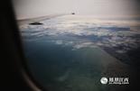 """7月15日,江西省首个""""直飞普吉岛包机""""从南昌出发,直飞目的地泰国甲米,这是南昌首次开通直飞甲米航班,该航线将成为南昌至泰国的定期航班。这一期的《凤见》将带着《凤凰福利惠》搭乘这躺航班,经过四个小时疲惫但又兴奋的飞行,开始一段泰国普吉岛的异国之旅。"""