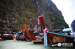 在我们一路乘坐的木船上,都挂上美丽的花环,当地人告诉我们。戴花环花串是泰国的一大民俗。花环、花串多用茉莉、玉兰、蔷薇、金盏菊、白蚕花等的花朵或花蕾做成,寓意吉祥、尊敬、欢迎等,常见于迎接宾客的地方,所以在泰国用于接待游客的船只都会在船头挂上漂亮的花环。