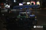 """在普吉岛上,你随处可见骑着泰国""""三蹦子""""的小吃商贩。由于地处湿热的气候,这里的小吃都以酸辣口味为主,摊鸡蛋则是当地人最常吃的一道菜。"""