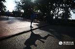 """每天清晨都会有练习泰拳的孩子在""""神仙半岛""""上训练,教练说,在最南边的海边训练可以帮助他们""""修身养性"""",感受大海的气魄。"""