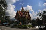 """在泰国四千七百万人口中,佛教徒占了百分之九十五,据说泰国有大小寺庙一万个左右,因此泰国有""""千佛之国""""之称。泰国佛寺外观造型宏伟壮观,建筑装饰精巧卓绝,享有""""泰国艺术博物馆 """"美称,是泰国的国宝、泰国文化的精粹。"""