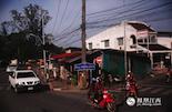 """旅行和旅游的不同,就是除了美景之外,还要感受当地的生活气息。普吉岛是泰国最大的海岛,也是泰国最小的一个府(相当于我国的县),位于泰国南部马来半岛西海岸外的安达曼海。岛上的居民过着慢节奏的生活,用泰语来说就是""""宅淹淹"""",什么事情都慢慢来的意思。"""