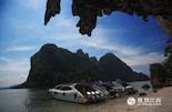 """我们旅行的首站是攀牙湾,攀牙湾有泰国的""""小桂林""""之称,这里遍布着数以百计的石灰岩小岛,小岛的名称与其形状极为吻合。还有巧夺天工的钟乳石岩穴和数不清的怪石、海洞。游客们必须乘坐快艇在各个岛屿之间通行。"""